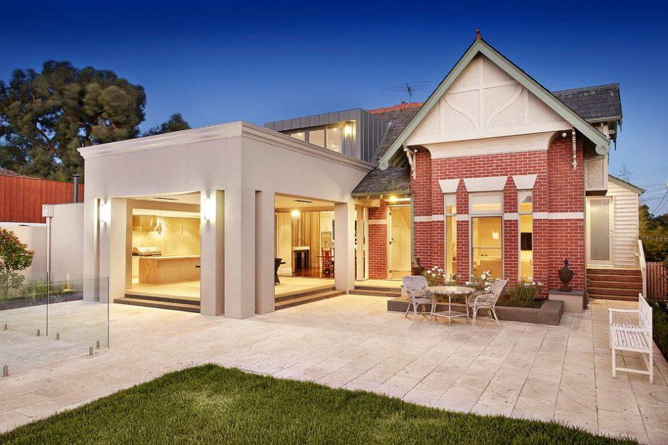 Zaman test edilmiş malzeme ve modern ev mükemmel uyum sağlar.