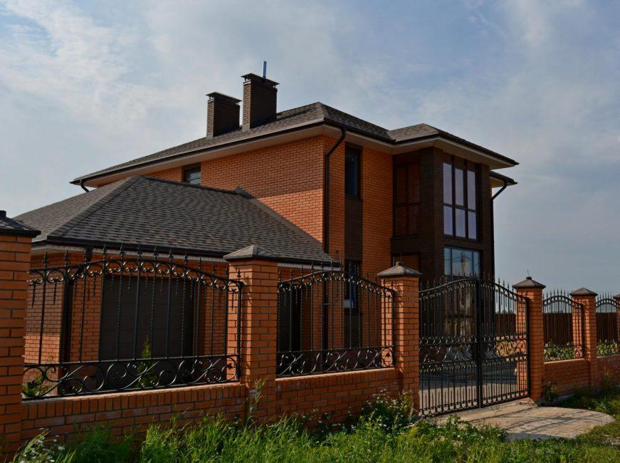 Çit, ev ile aynı malzemeden yapılabilir