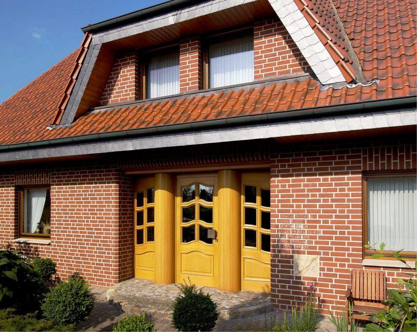 Pintu warna kuning - aksen kaya yang hangat dalam komposisi
