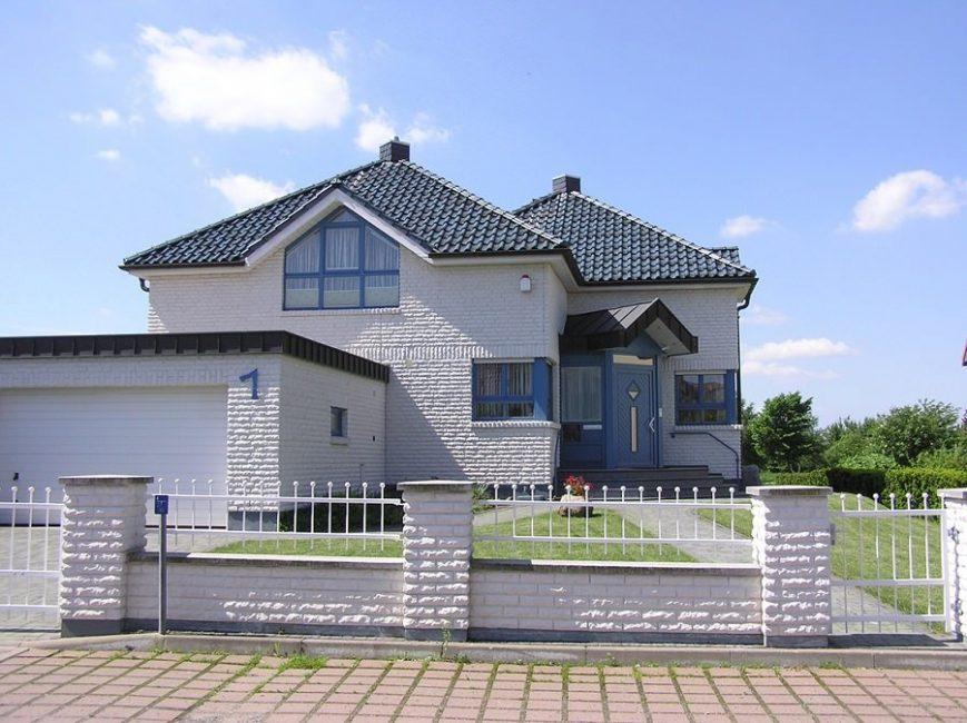 Badanalı duvarlar ve pencere ve kapılarda mavi vurgulu