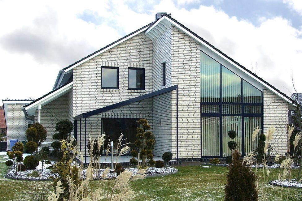 Siyah ve beyaz renklerde ev