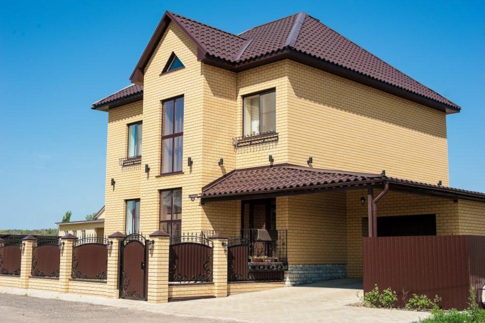 Evin ikinci katında genellikle rahatlamak için bir yer olarak hizmet vermektedir.