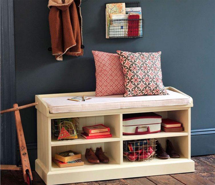 Meja sisi katil untuk kasut yang berfungsi sebagai bangku pada masa yang sama adalah penyelesaian yang sangat baik.