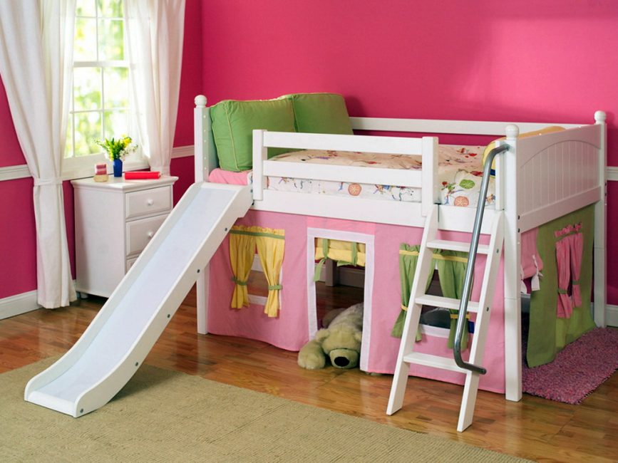 Dilengkapi kotej untuk kanak-kanak di bahagian bawah katil