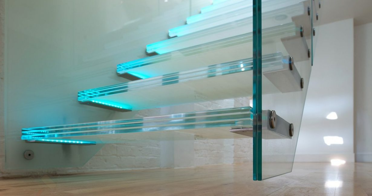 Tangga konsol kaca dengan cahaya