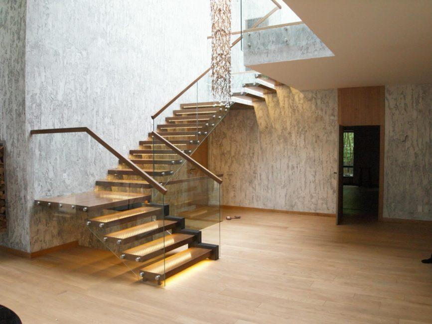 Gabungan bahan dan pencahayaan yang berbeza dalam reka bentuk tangga