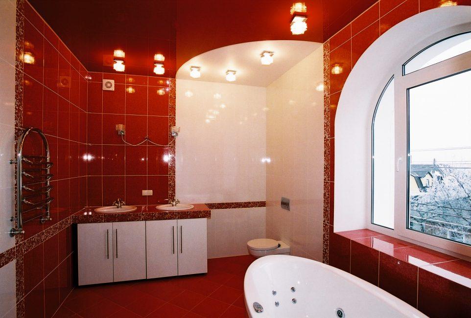 어두운 벽이있는 조명 욕실