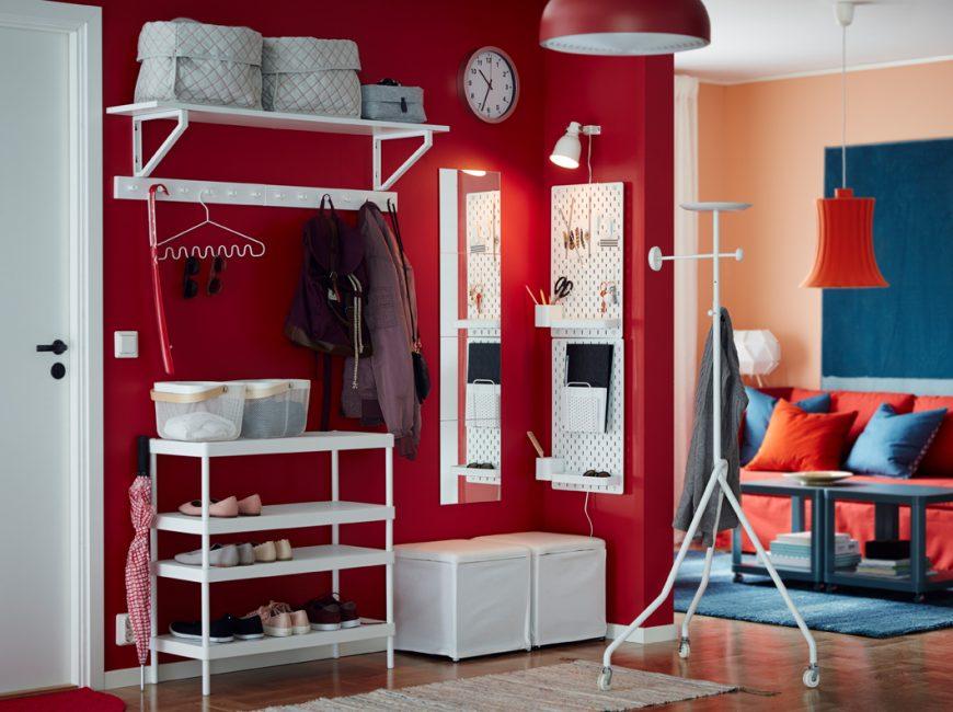 Kombinasi terang dinding merah dengan rak putih salji dan berdiri untuk kasut
