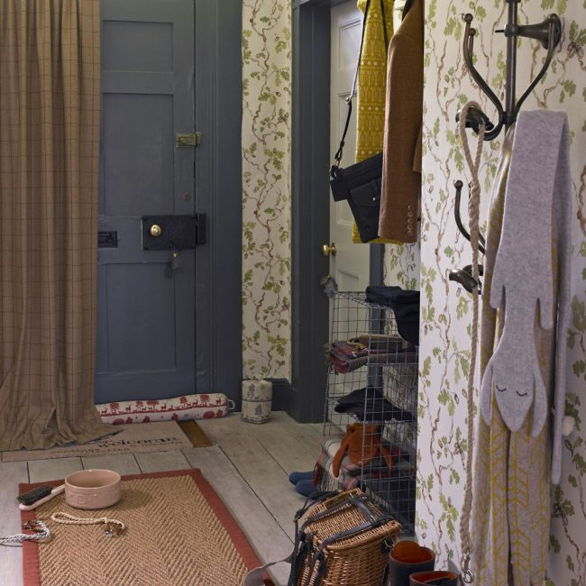 Rug dengan tanda selamat datang di dalam bilik dengan gaya desa