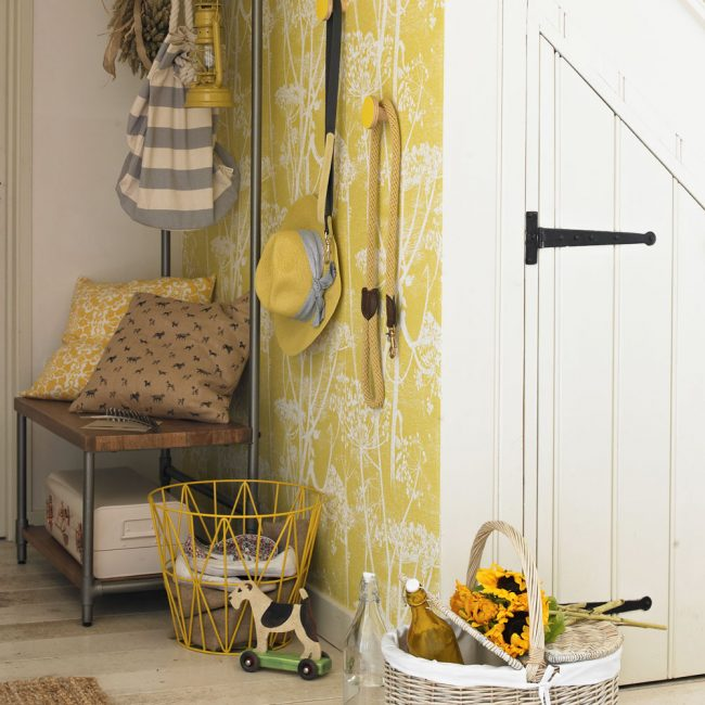 Lantai kayu ringan dalam gaya negara dengan kertas dinding kuning