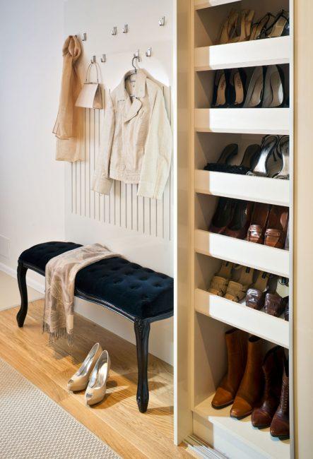 Satu almari sempit untuk kasut dan penyangkut dinding akan membantu menjimatkan ruang.