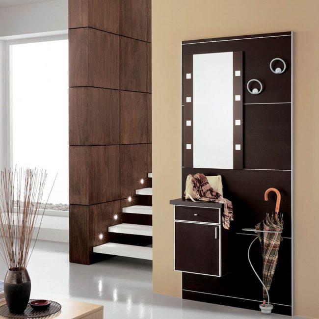 Ruang masuk kecil dengan ruang cermin dan payung