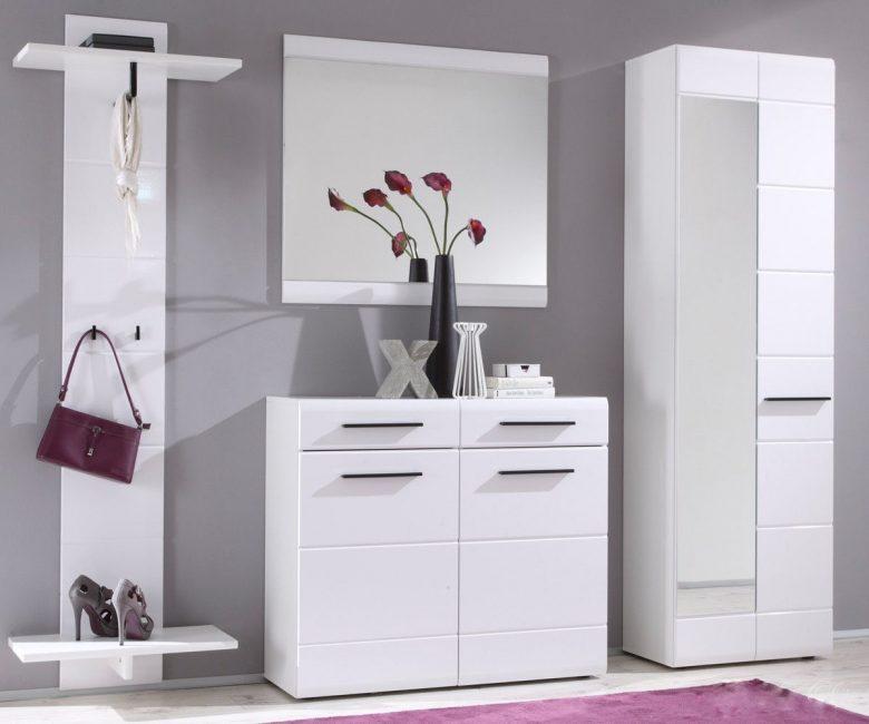 Warna putih perabot bergaya boleh ditekankan dengan aksen yang terang.