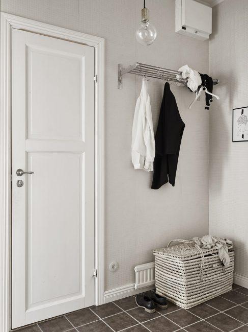 Dinding harus dihiasi dengan warna putih dan warna.