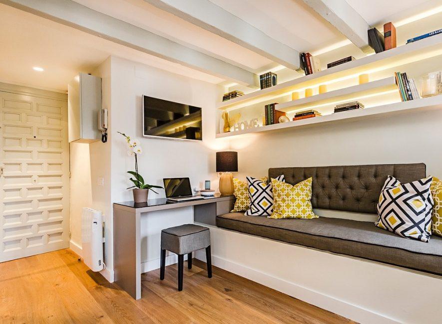 Apartmen studio reka bentuk dengan nota mustard akan menjadikan kawasan pedalaman hangat