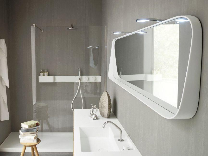 Bilik mandi berasingan dalam gaya minimalism dengan aksen futuristik