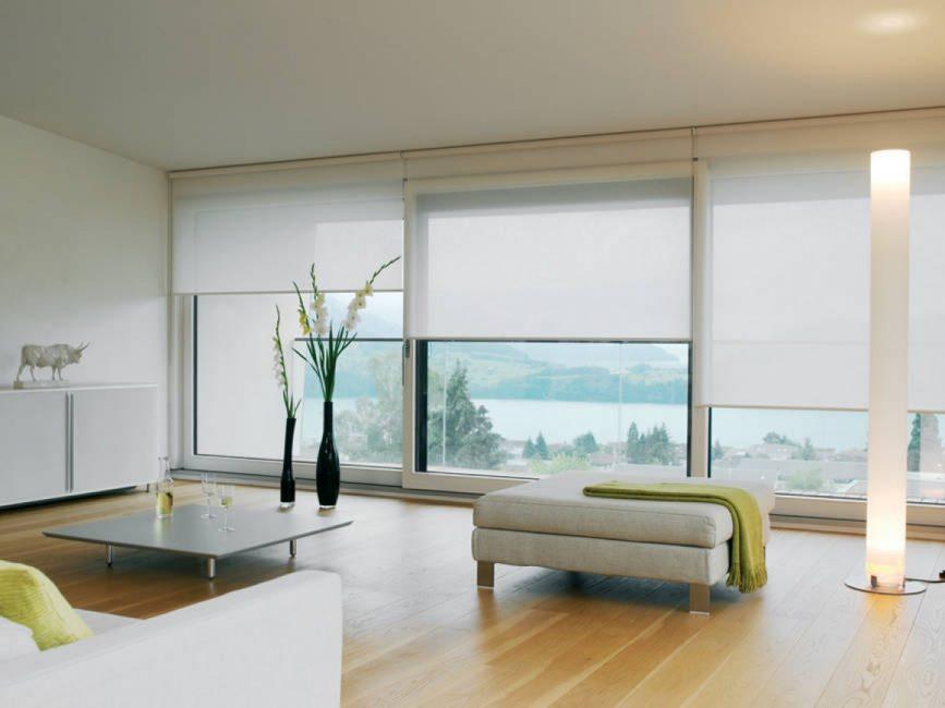 Beyaz tonda büyük pencereler için