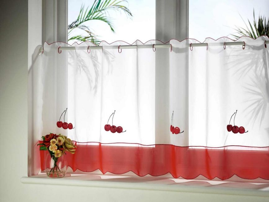 Tirai boleh menyembunyikan kecacatan bingkai tingkap