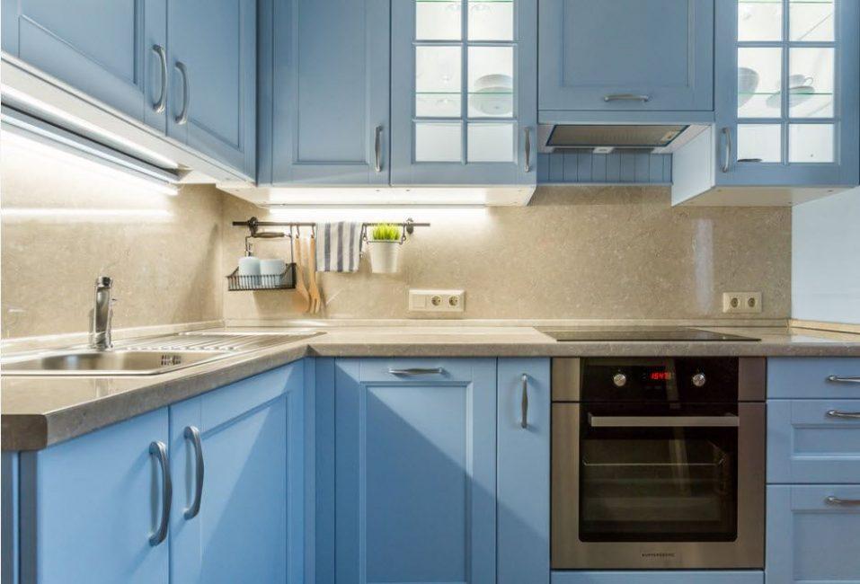 Dapur yang ditetapkan dalam warna terang akan menjadikan ruang mudah dan selesa