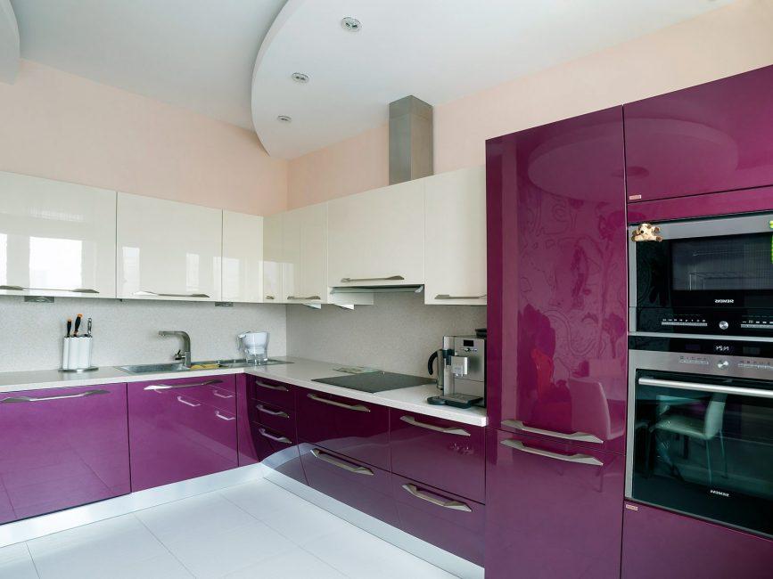 Set dapur sudut adalah penyelesaian reka bentuk yang sangat baik untuk dapur yang luas.