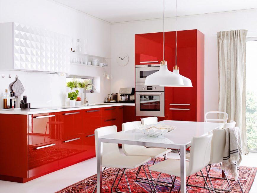 Jika anda mahu lebih banyak ruang, suite dapur sudut akan menjadi pilihan yang sangat baik.