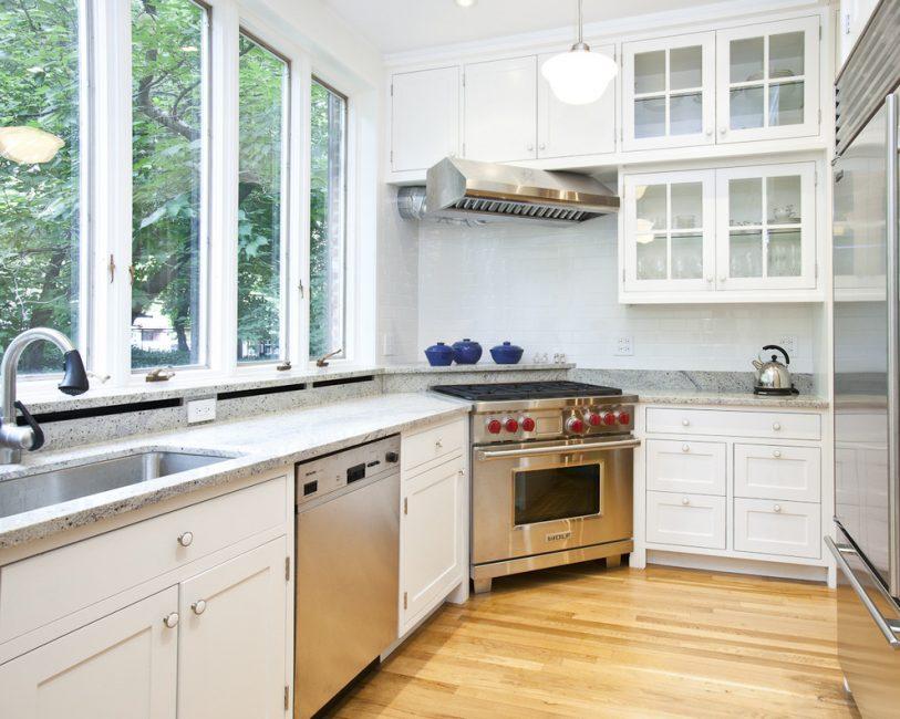 창문 근처의 작업 공간은 요리하는 동안 자연을 존중할 수있는 기회를 제공합니다.