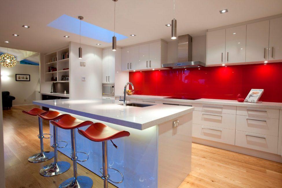 Apron kaca terapung - reka bentuk moden untuk dinding kerja di dapur