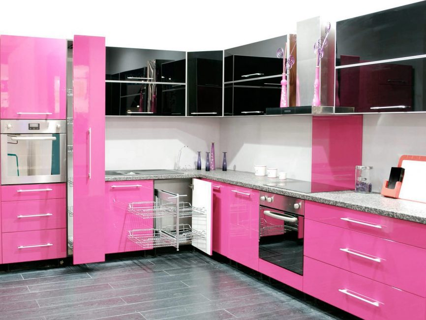 Dapur hitam dan merah jambu dengan alat dengar fungsi yang direka dengan baik