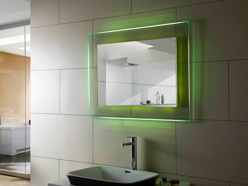 Lampu latar berwarna hijau muda lebih untuk menghias bilik
