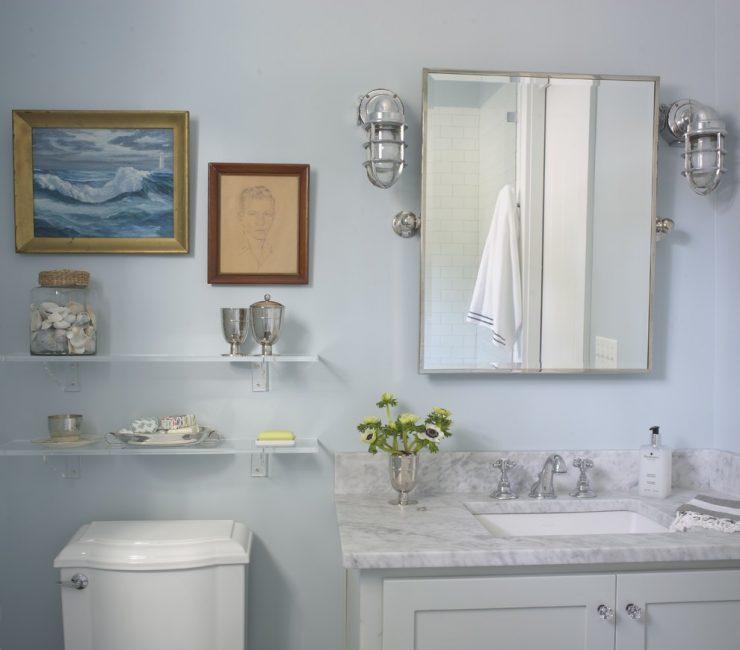 Tempat berhampiran cermin boleh dihiasi dengan gambar