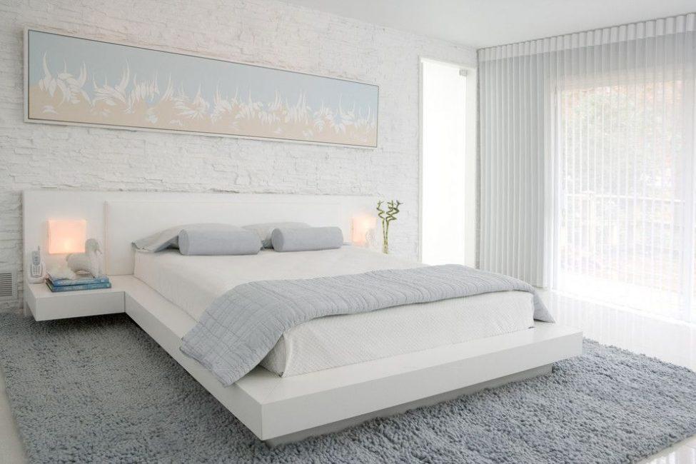 Λευκό κρεβάτι στο εσωτερικό δίνει μια αίσθηση ελαφριάς