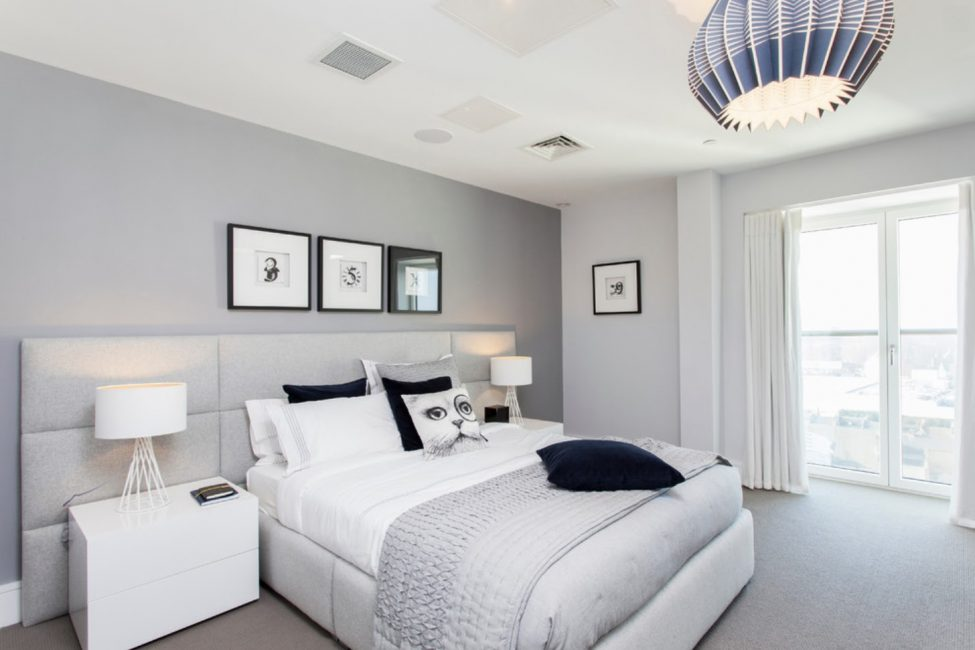 Beyaz yatak neoklasik, klasik ve minimalist iç mekanlara mükemmel bir şekilde uyuyor.