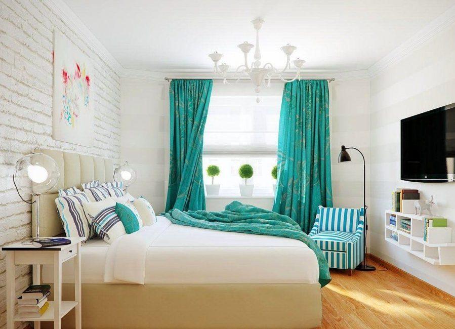 Beyaz yatak odasında perdeleri göze çarpan parlak bir nokta olabilir.