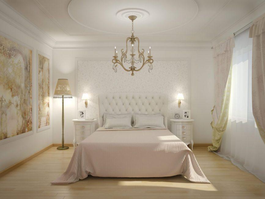 Το κρεβάτι στο κλασικό εσωτερικό υποδηλώνει διακοσμητικό ξυλόγλυπτο κεφαλάρι.