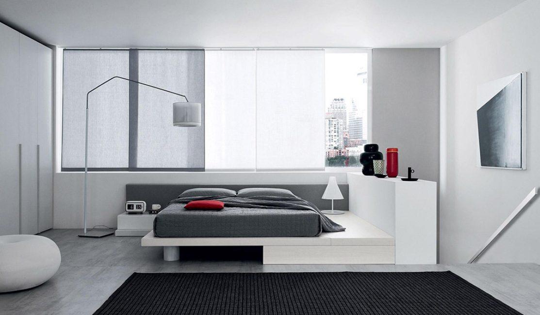 Parlak ve mat mobilya kaplamalarının kombinasyonu, odanın alanını daha ilginç hale getirecektir.