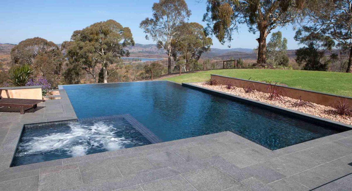 Kolam konkrit biasanya disusun ke dalam tanah.