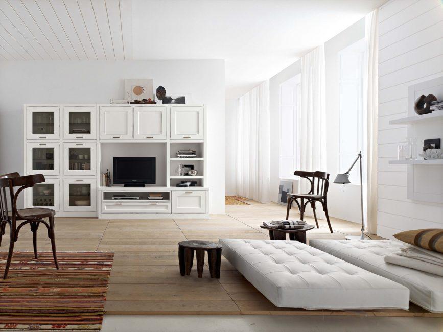 Beyaz mobilyalar - oturma odasını ışıkla doldurun