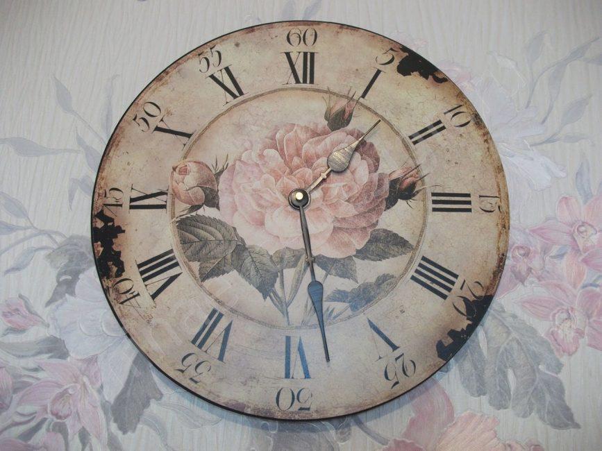 Belle horloge dans l'atmosphère paisible d'une maison de campagne