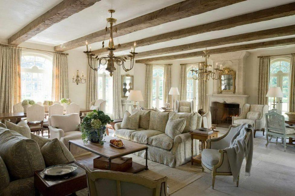 Décorer le plafond avec des poutres en bois