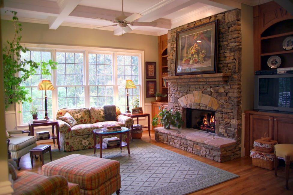 La cheminée ajoutera du confort à l'intérieur