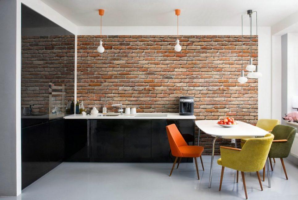 Dinding ini menambah ekspresi ke reka bentuk.