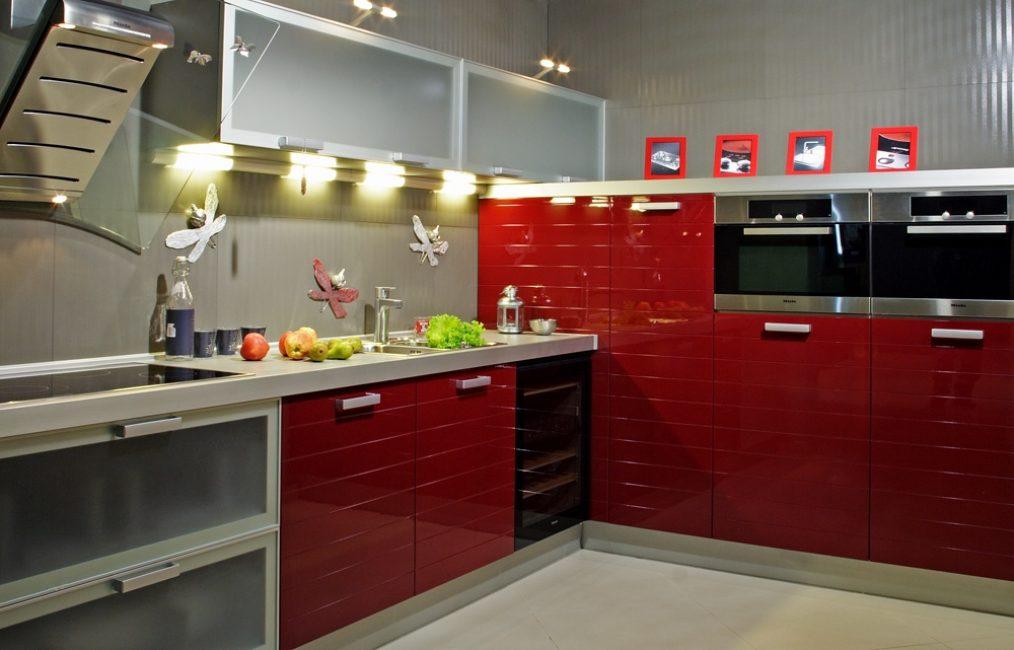 Beyaz duvarlı kırmızı mutfak dolapları