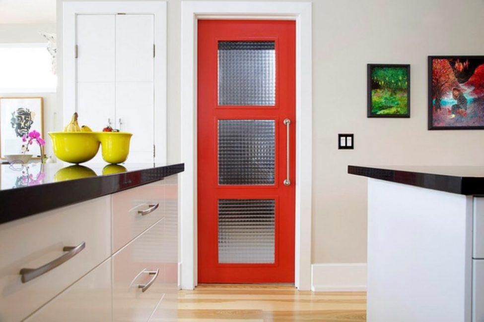 Kapı aynı zamanda mutfağa da dikkat çekebilir.