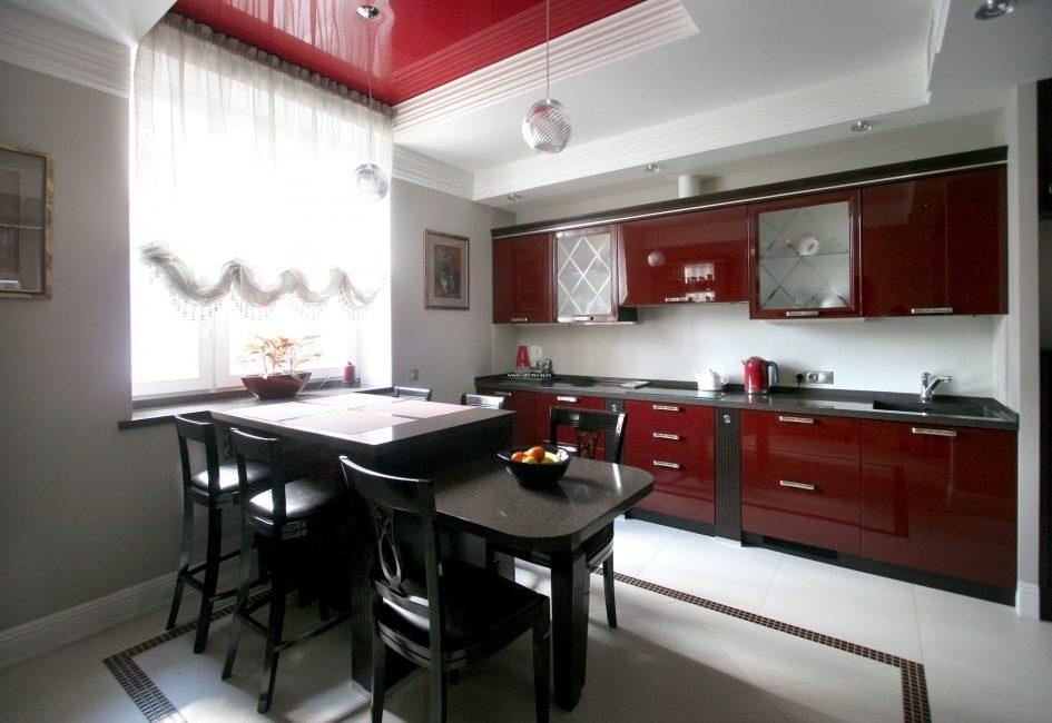 빨간색과 검은 색은 현대적입니다.