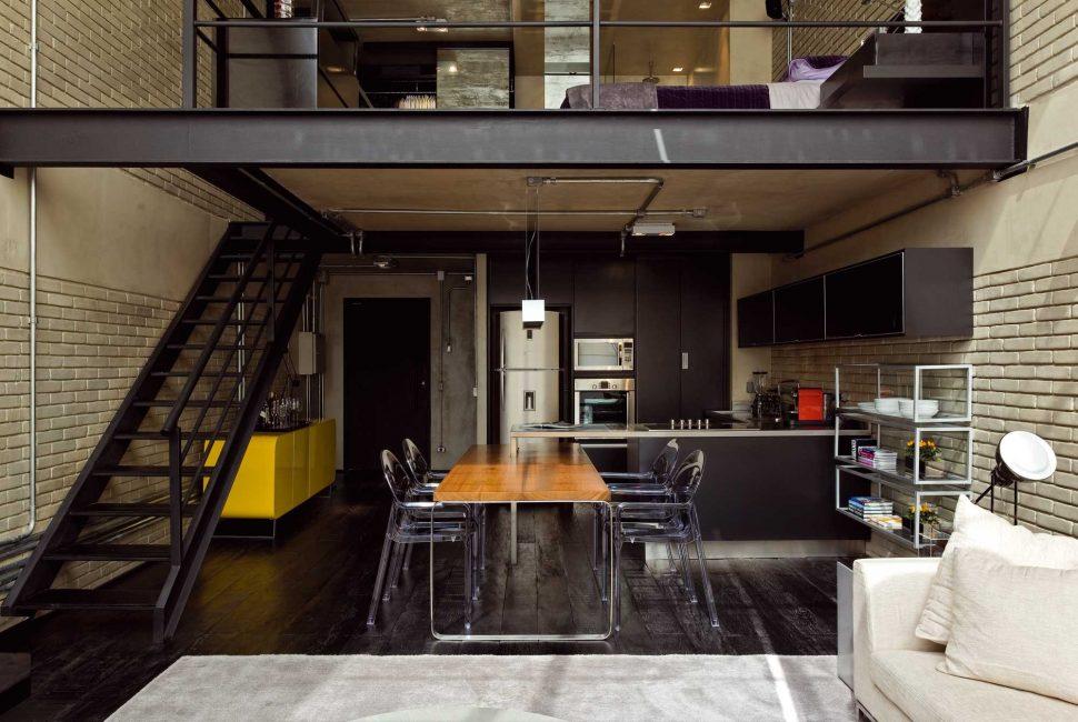 Bölmeler olmadan minimalist sanayi tarzı oda