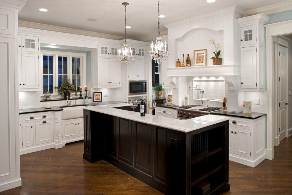 Jangan takut untuk berpindah dari candelier dan lampu dapur tradisional.