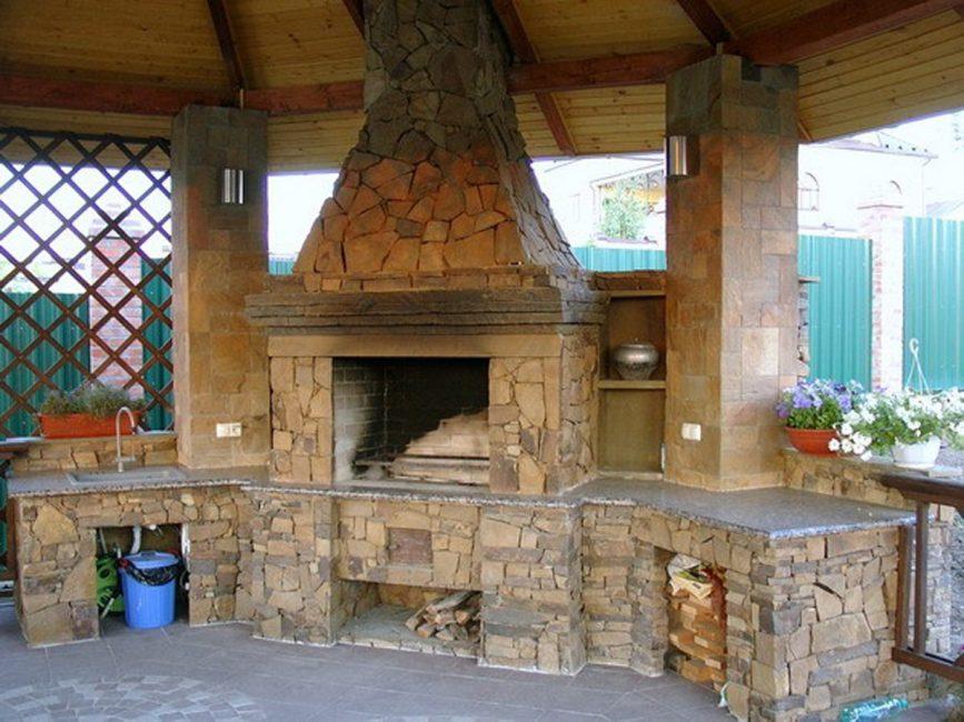 La brique peut être décorée avec n'importe quel autre matériau.