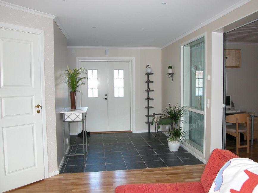 Kapının yanındaki bölge için koyu renk kullanılmıştır.
