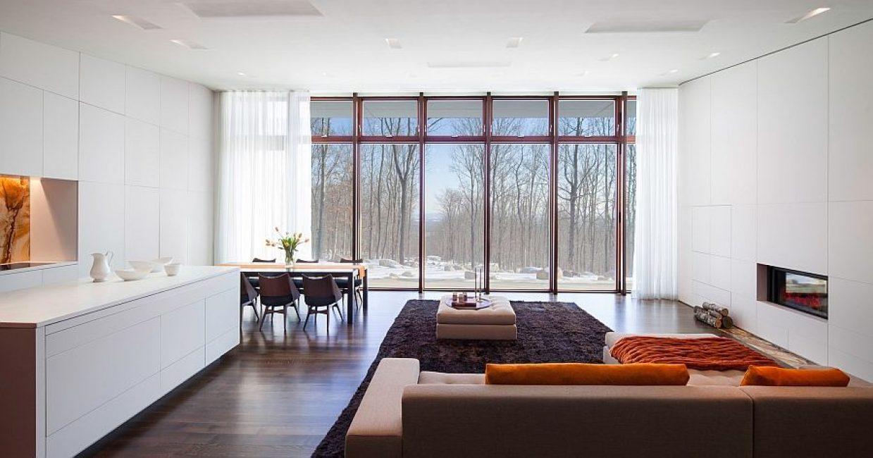 Tingkap-tingkap besar membiarkan banyak cahaya semulajadi.