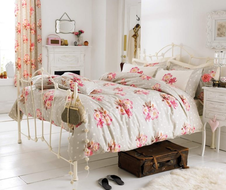 Ruji yang indah dengan bunga - hiasan bilik tidur